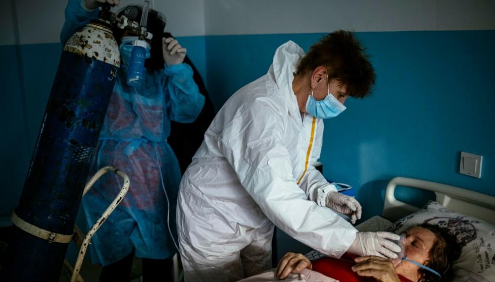 I NY BØLGE: Bulgaria er blant landene som nå slåss mot en tredje smittebølge. Her får en pasient ved et sykehus vest i Bulgaria pleie på covid-avdelingen. Foto: Dimitar Dilkoff / AFP / NTB