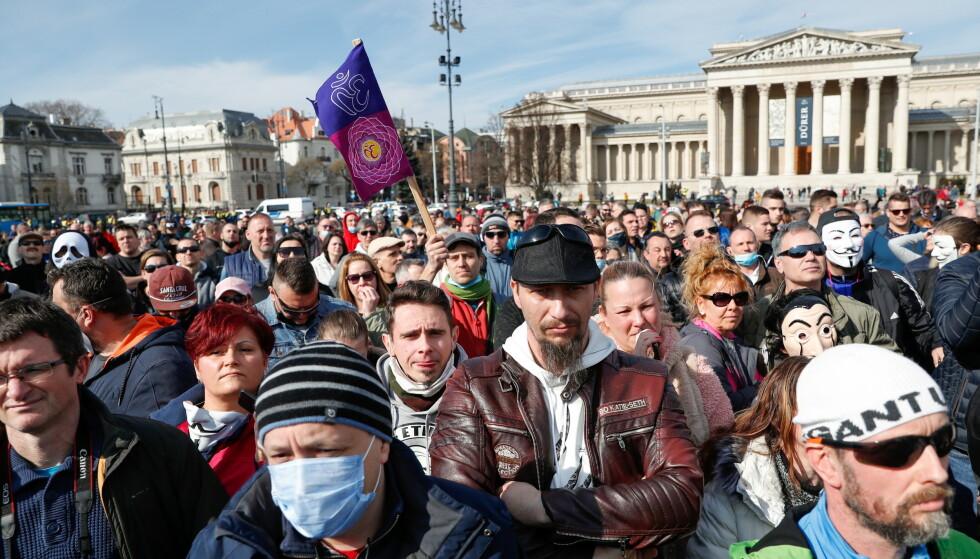 DEMONSTRASJONER: 28. februar demonstrerte mange i Budapest mot de strenge coronatiltakene. Foto: Bernadett Szabo / Reuters / NTB