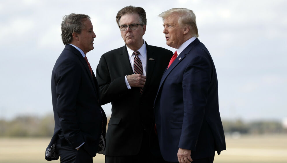 REAGERER: Texas' viseguvernør Dan Patrick (i midten) reagerer sterkt på president Joe Bidens «neandertaler»-stikk mot kollega og guvernør Greg Abbott. Foto: Evan Vucci / AP / NTB