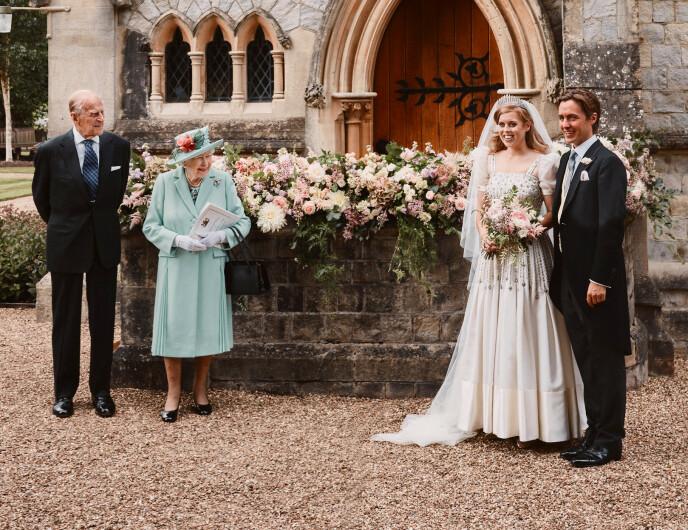 BRYLLUP: Besteforeldrene dronning Elizabeth og prins Philip var blant gjestene da prinsesse Beatrice fikk sin Edoardo Mapelli Mozzi. Foto: Reuters / NTB