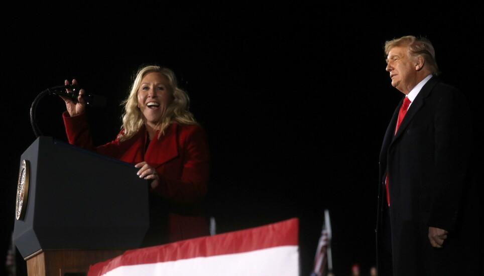 STØTTE: Republikaneren Marjorie Taylor Greene er blant Trumps støttespillere. Her er de på et valgkamparrangement i forkant av senatorvalget i Georgia. Foto: Leah Millis / Reuters / NTB