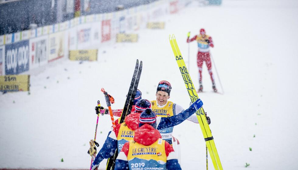 STAFETTSEIER: Johannes Høsflot Klæbo blir tatt imot etter å ha lekt med Aleksandr Bulsjonov. Foto: Bjørn Langsem / Dagbladet