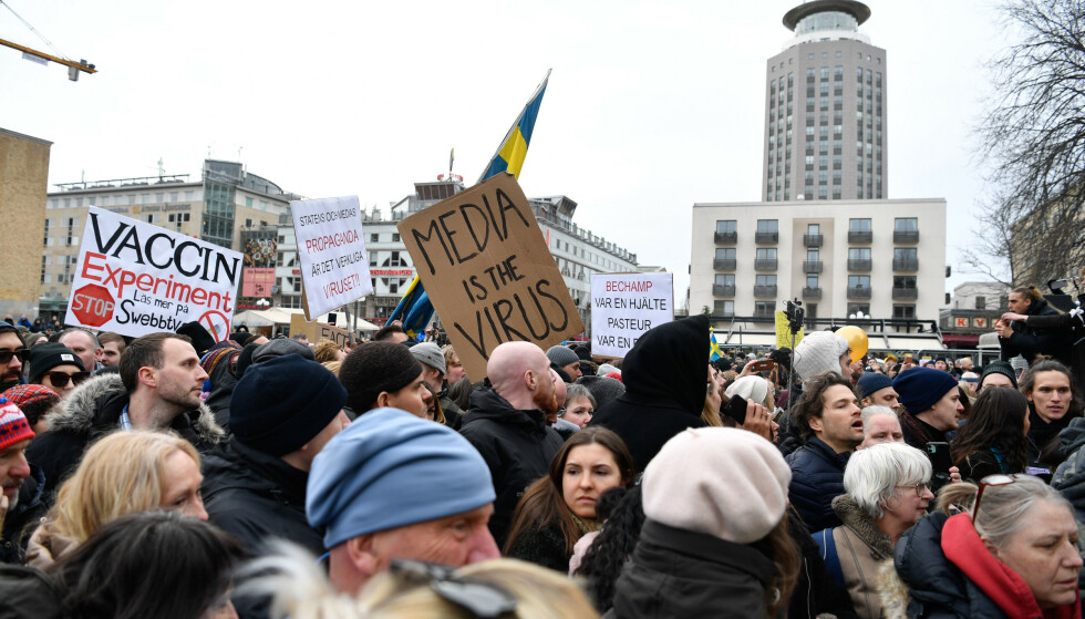 DEMONSTRERER: Organisasjonen Tusenmannamarschen för frihet & sanning demonstrerer mot coronarestriksjoner på Medborgarplatsen i Stockholm. Foto: Henrik Montgomery/TT / NTB