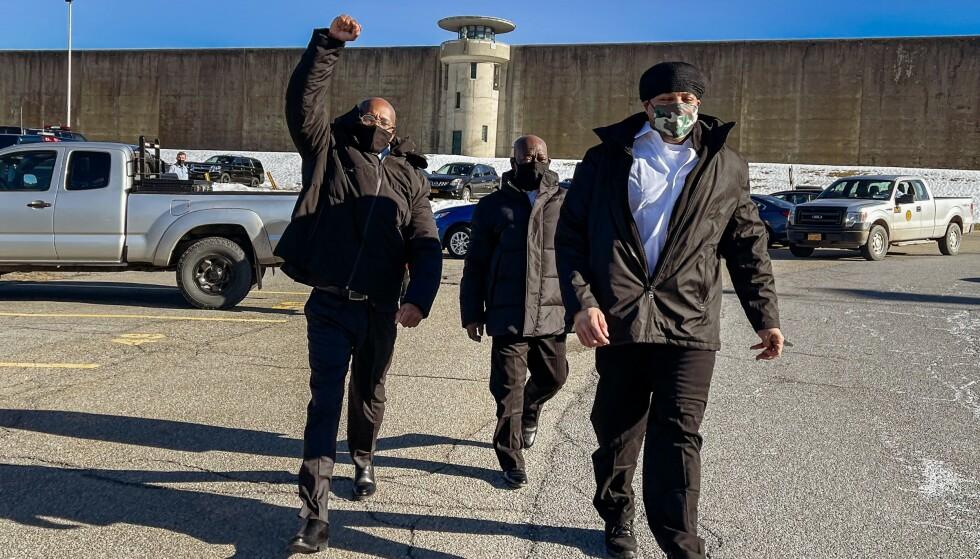FRI: George Bell (t.v.) holder opp en knyttneve i det han, Rohan Bolt og Gary Johnson fredag ble sluppet fri fra Green Haven Correctional Facility etter å ha sittet fengslet i 24 år for et drap. Foto: Amr Alfiky/The New York Times