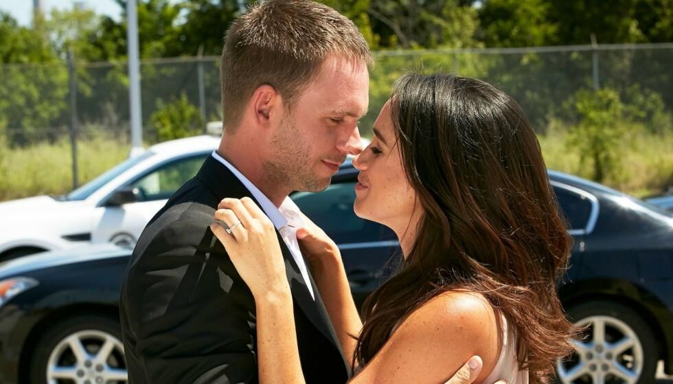 KOLLEGAER: Patrick J. Adams og hertuginne Meghan spilte mann og kone i tv-serien «Suits». Foto: Usa Network/Netflix/Kobal/REX/NTB
