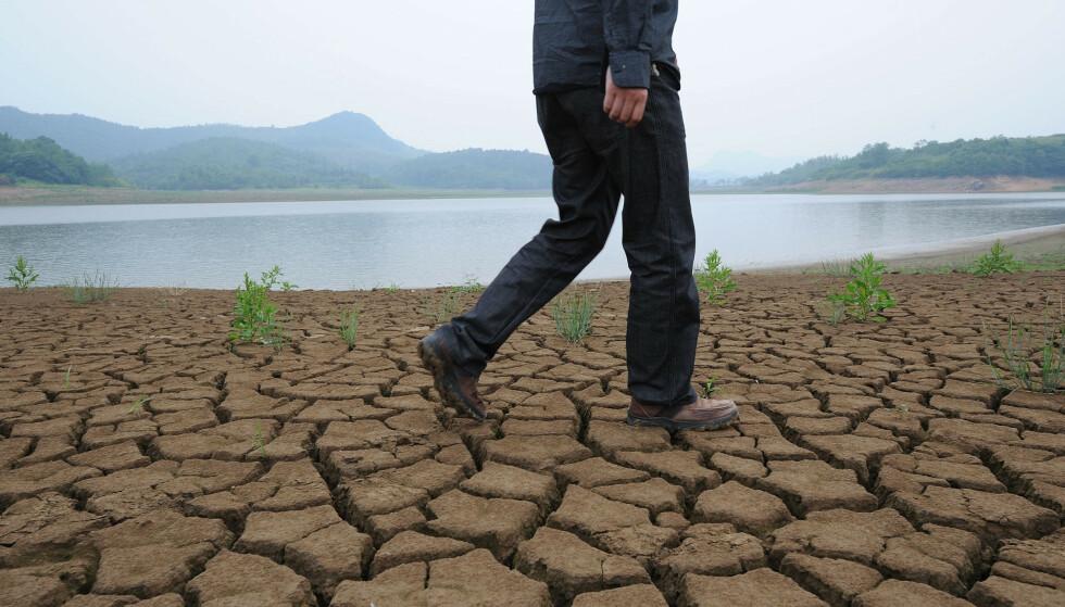 TØRKER UT: En ny undersøkelse viser at Kinas største og viktigste elv, Yangtze, tørker sakte ut. Nå skal myndighetene ha iverksatt tiltak. Her fra elva hvor den renner i Anhui-provinsen i 2011. Illustasjonsfoto: AFP / NTB
