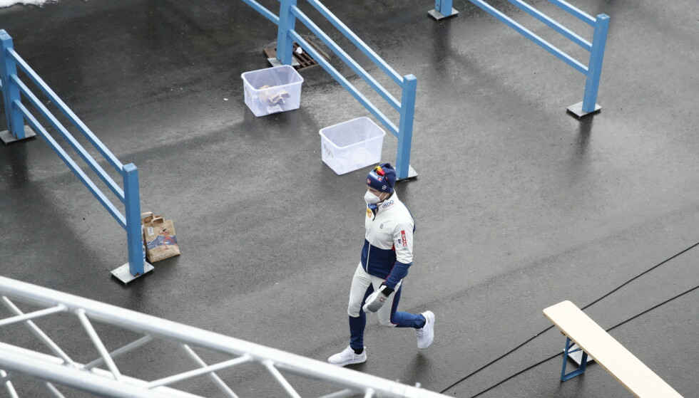 FORLATER STADION: Her forlater Johannes Høsflot Klæbo stadionområdet etter å ha fått beskjed om at han ble disket. Foto: Bjørn Langsem / Dagbladet
