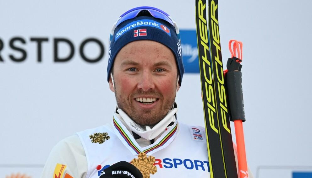 GULL: Etter mye om og men tok Emil Iversen gull på søndagens femmil i VM. FOTO: Christof STACHE / AFP)