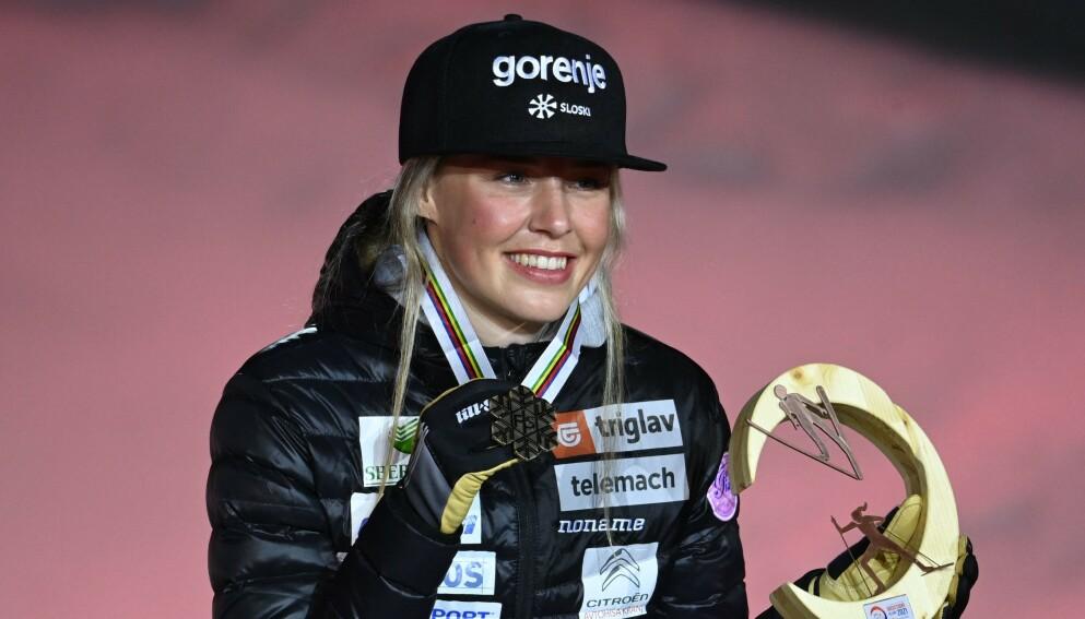 BRONSE: Annamarija Lampic på medaljeseremonien etter lagsprinten, hvor hun var med å vinne bronse for Slovenia. Foto: CHRISTOF STACHE / AFP / NTB