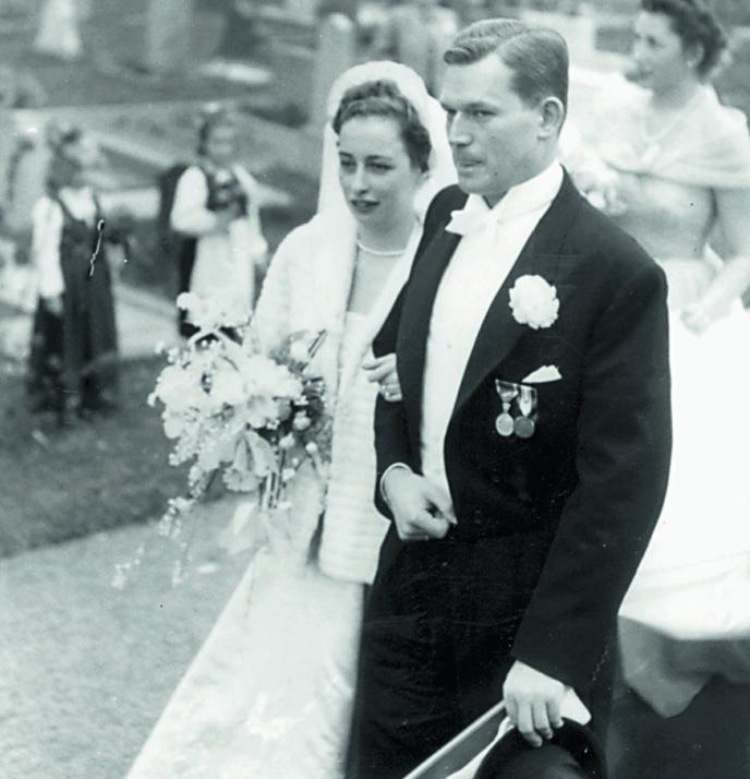 KONGELIG BRYLLUP: Prinsesse Ragnhild, fru Lorentzen og Erling Lorentzen etter vielsen i Asker kirke 15. mai 1953. Foto: Dagbladet