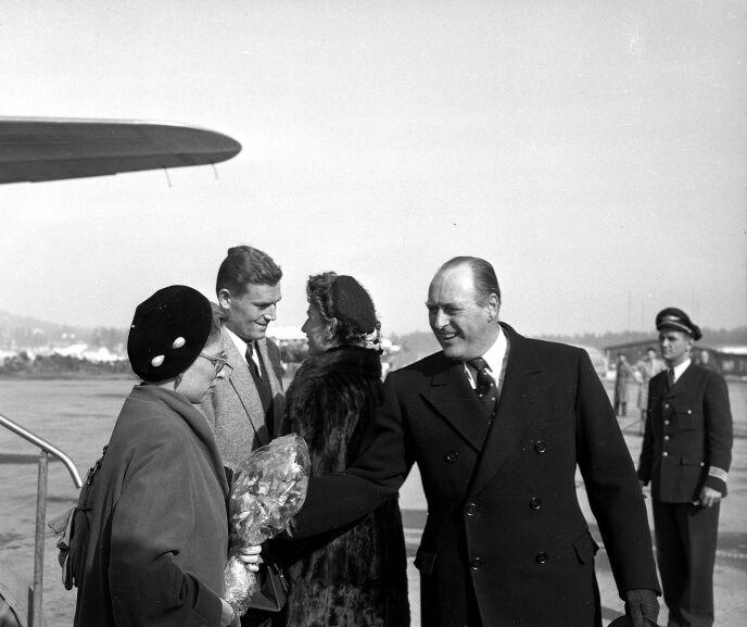 PÅ FERIE: Prinsesse Ragnhild fru Lorentzen og hennes mann Erling Lorentzen kommer på ferie til Norge i 1954. Her blir de møtt av Kong Olav og prinsesse Astrid på flyplassen. Foto: Dagbladet