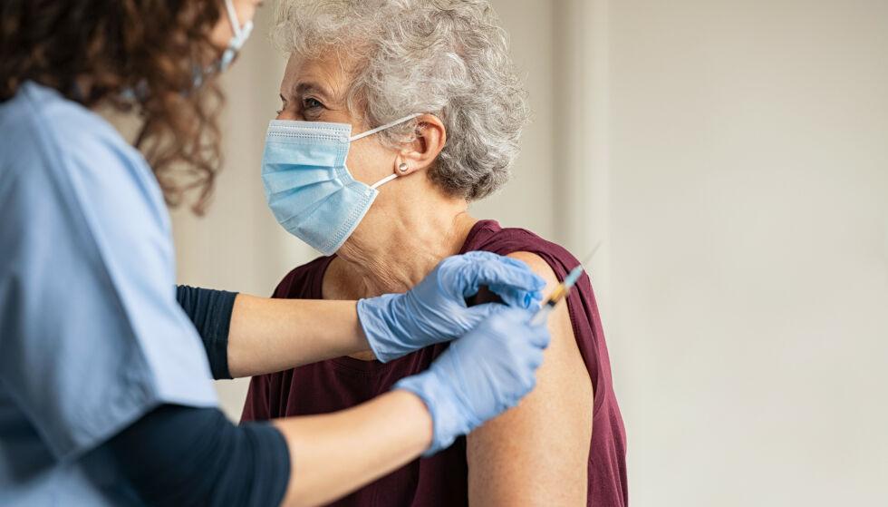 FLERE BIVIRKNINGER: 115 dødelige bivirkninger er registrert etter covid-vaksinene. Ekspertene er likevel ikke tvil: ta vaksine. Foto: NTB Scanpix.