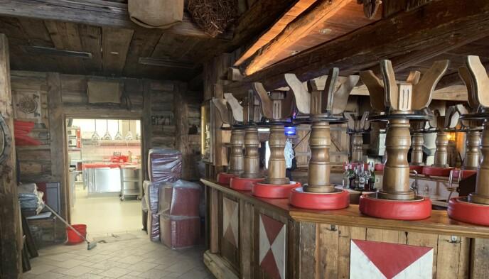 FORLATT: Kitzloch er vanligvis fylt til randen av blant andre festglade nordmenn. Nå har baren stått tom i over ett år, etter at afterski-stedet ble sentrum for smitteskandalen i mars i fjor. Foto: Marthe S. Lien / Dagbladet