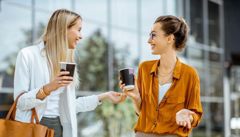 VIKTIG SMÅPRAT: Smalltalk er viktig for å skape en god tone mellom mennesker. Usikker på hva du bør prate om? Her er tipsene fra eksperter på kommunikasjon. Foto: NTB / Shutterstock