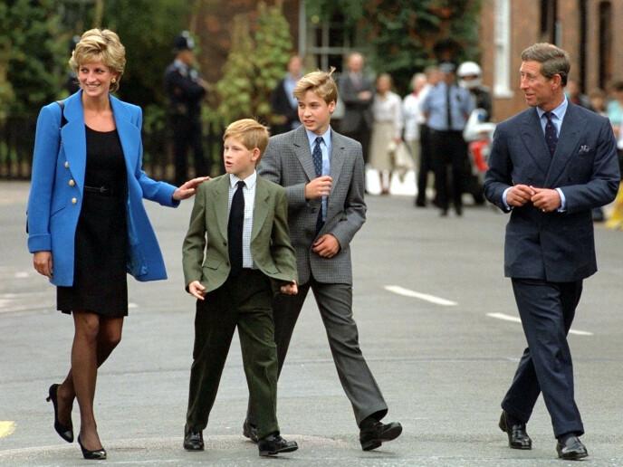 1995: Her er hele familien da William begynte skolegangen på Eton College. Året etter ble skilsmissen mellom Charles og Diana sluttført. Foto: Pa Photos / NTB