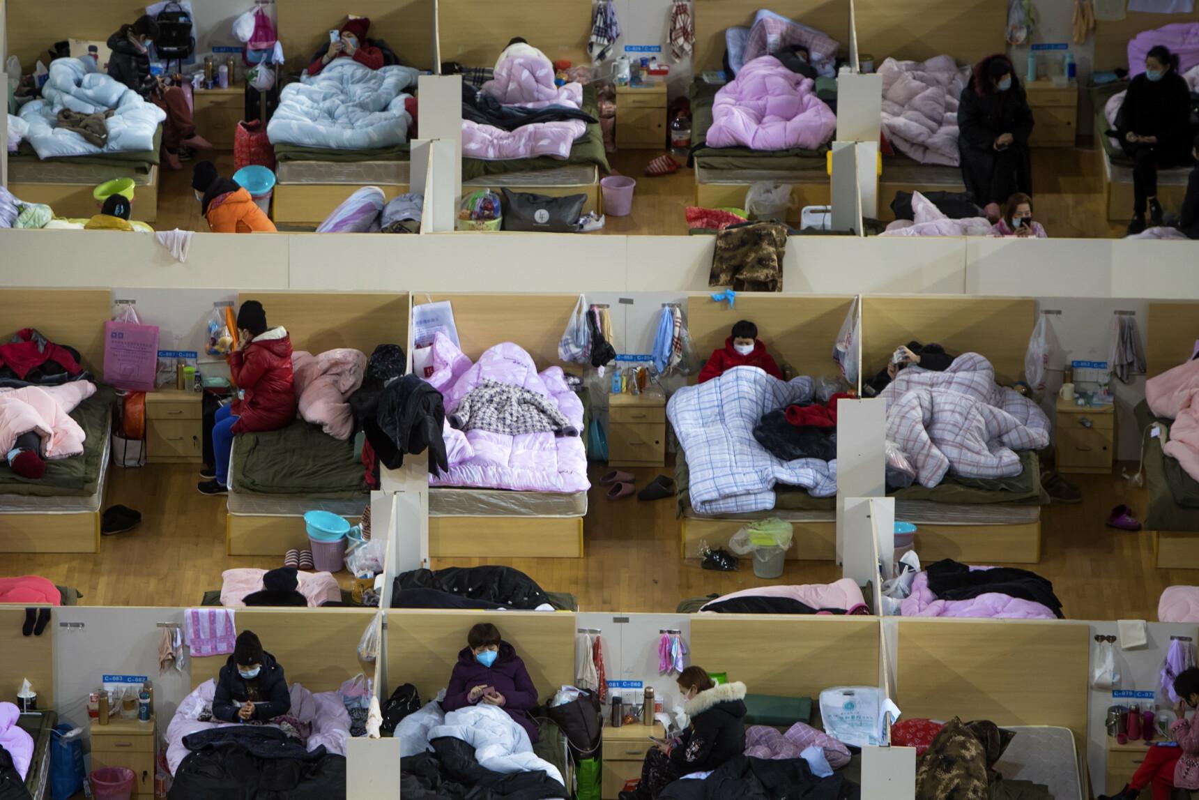 SMITTEDE: Her venter coronasmittede pasienter i et midlertidig sykehus i Wuhan Sport Center. Foto:Xiao Yijiu/AP/NTB