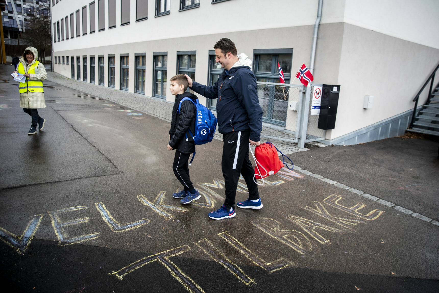 SKOLER ÅPNES: Drazern Bajcetic fulgte sønnen Lav Bejcetic til skoleporten ved Løren skole. Foto: Bjørn Langsem/Dagbladet.