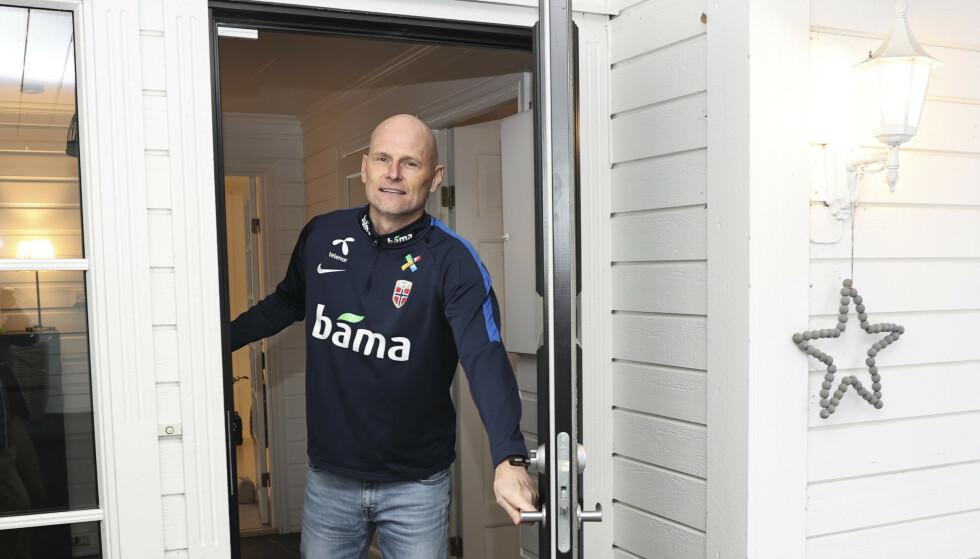 HJEMME: Ståle Solbakken avbildet utenfor hjemmet sitt på Hamar. Foto: Geir Olsen / NTB