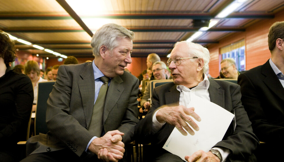 Finansminister Sigbjørn Johnsen (Ap) i samtale med Per Kleppe (Fafo) på Lysebu 4. februar 2010, der Johnsen holdt innlegg om finanspolitikken i skiftende konjunkturer. Foto: Berit Roald / NTB.