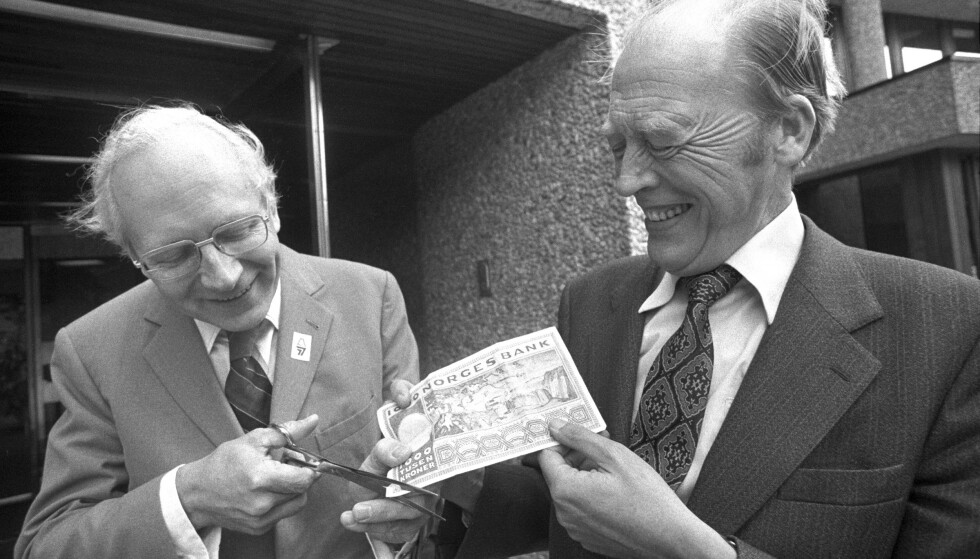 Per Kleppe sammen med statsminister Odvar Nordli i Oslo 29. august 1977 da Norge dagen før devaluerte krona med 5 prosent som reaksjon på at Sverige hadde devaluert sin kroner med 10 prosent. På oppfordring fra fotografen – en tusenlapp som finansministeren skulle klippe vekk fem prosent av med saks. Imidlertid var ikke finansminister Kleppe villig til å fjerne mer enn et par prosent av tusenlappen Foto: Erik Thorberg / NTB