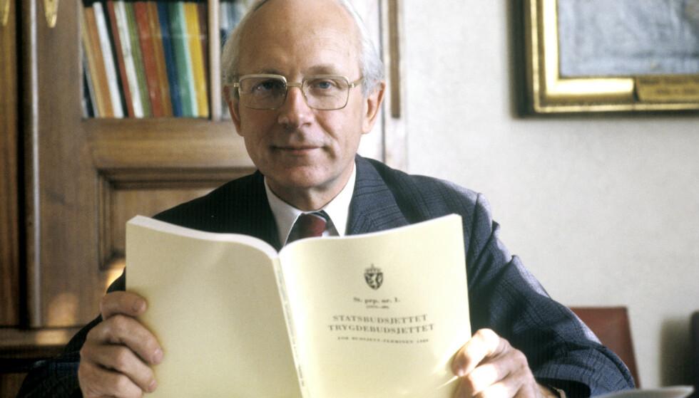 Finansminister Per Kleppe (Ap) den 5. oktober 1979 med statsbudsjettet i hendene. Foto: Vidar Knai / NTB