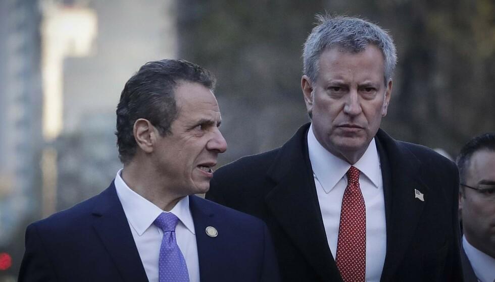 BER HAM TREKKE SEG: New York-ordfører Bill de Blasio (t.h.) ber New York-guvernør Andrew Cuomo om å trekke seg etter anklager om seksuell trakassering. Foto: AP Photo/Mark Lennihan, File