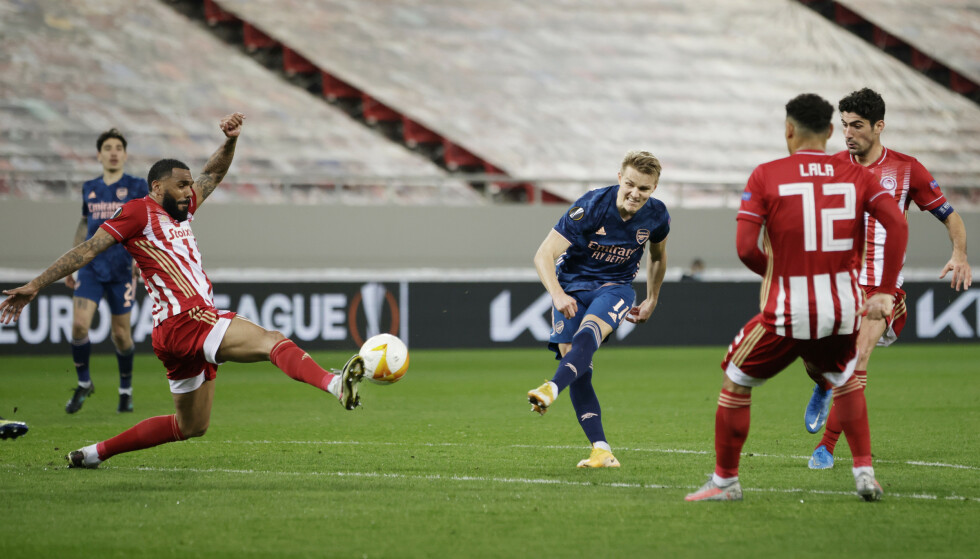 TRAFF BLINK: Martin Ødegaard hamret inn en scoring fra distanse. Her får han en avslutning blokkert. Foto: REUTERS/Alkis Konstantinidis/NTB