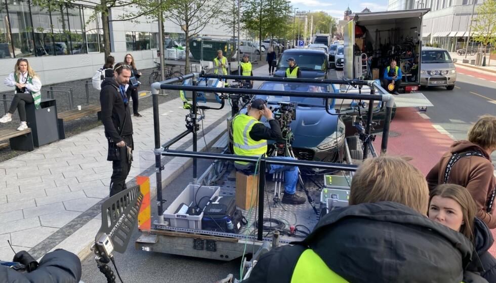 KJØRER IKKE SELV: Slik ser det ut når Simon J. Berger setter seg bak rattet i Exit. Foto: Dengsi Stefanson/Fremantle