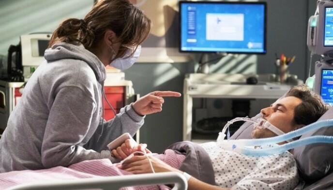 DRAMATISK: Stefania Spampinato og Giacomo Gianniotti i Grey's Anatomy. Foto: Ron Batzdorff / ABC
