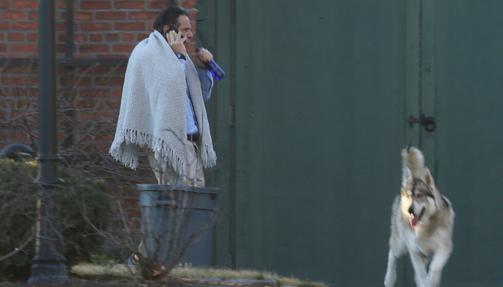 UNDER PRESS: New York-guvernør Andrew Cuomo ble fotografert med et pledd mens han snakket i telefonen utenfor guvernørboligen fredag. REUTERS/Angus Mordant