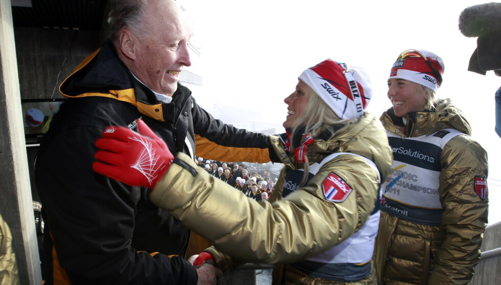 GOD NOK FOR KONGEN: Therese Johaug har fått de samme klemmene fra kong Harald både før og etter utestengelsen. Det forteller hva han mener om den populære skijenta uansett regler fra det private moralpolitiet oppe i Holmenkollen. Der har de stadig større problemer etter nå å ha frikjent dopingutestengte Andrus Veerpalu. FOTO: Lise Åserud / NTB