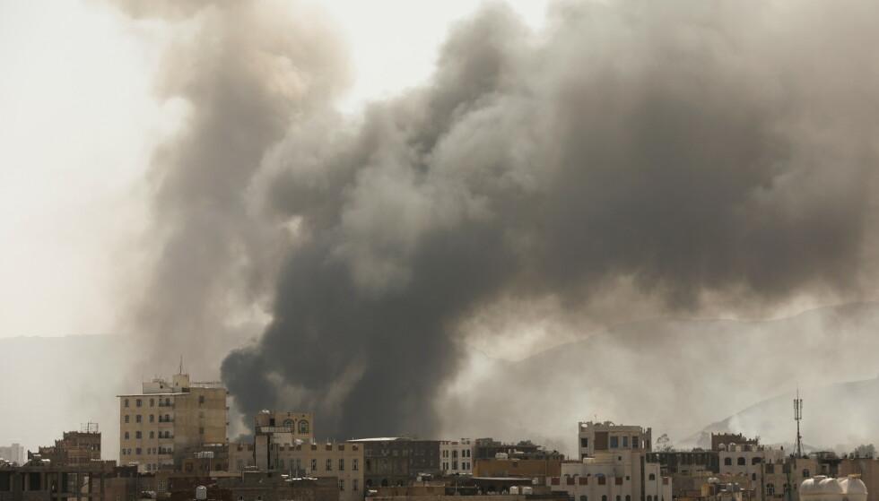 KRIGEN I JEMEN: Røyk etter et bombeangrep i Sanaa i Jemen, 7. mars i år. Foto: NTB / REUTERS/Khaled Abdullah