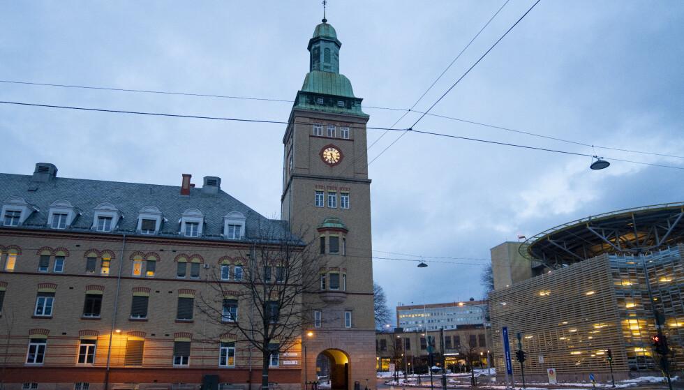 FÅ VAKSINERTE: Svært mange av de ansatte med nær pasientkontakt ved Oslo Universitetsykehus er ikke vaksinerte. Flere reagerer på at ansatte i ledelse og administrasjon er prioritert høyere. Her fra Ullevål Sykehus. Foto: Fredrik Hagen / NTB