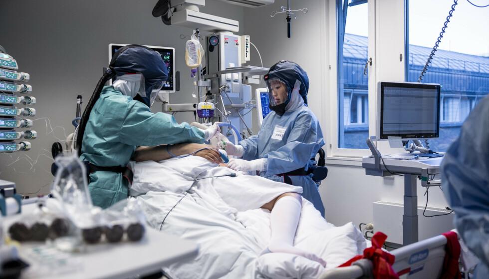 BEKYMRET: En hel verden har blitt stengt ned, for å forhindre at folk dør av covid-19. Nå, ett år etter at pandemien også nådde Norge, begynner dataene om langtidsvirkningene av coronaen å komme. Det er ingen lystig lesning. Bildet er fra Oslo universitetssykehus' intensivavdeling. Foto: NTB