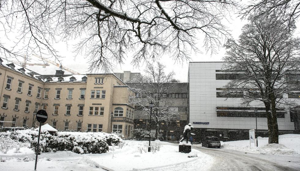 HAUKELAND: En person ble mandag innlagt ved Haukeland universitetssykehus etter å ha fått AstraZeneca-vaksinen. Foto: Marit Hommedal / NTB