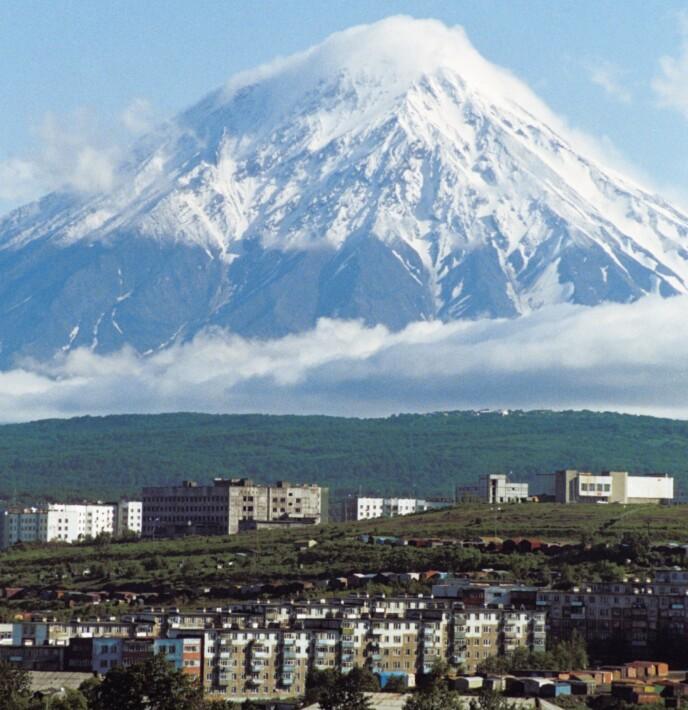 UNDER VULKANEN: Petropavlovsk fotografert med vulkanen Koryak i bakgrunnen. Foto: NTB / Sovfoto/Universal Images