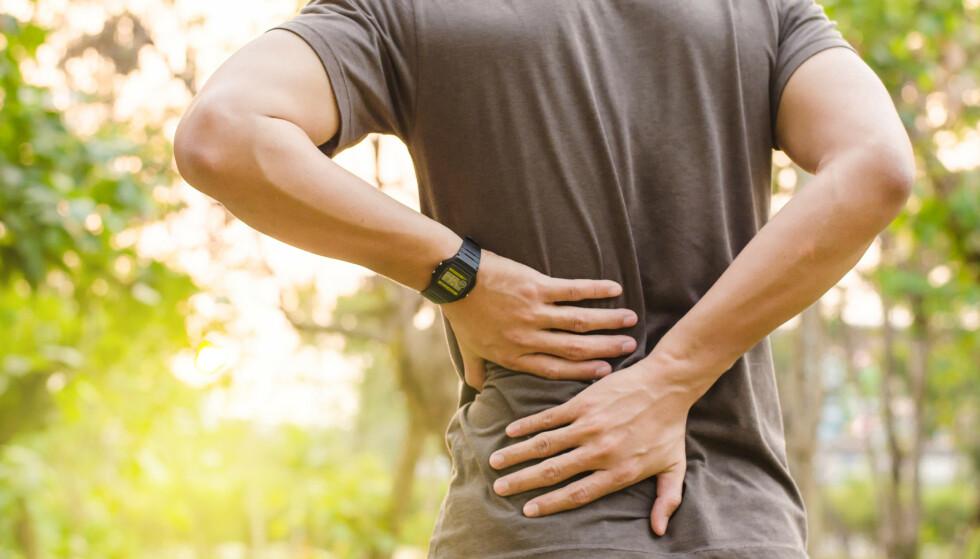 VANLIG, MEN VONDT: Akutte korsryggsmerter er noe de fleste av oss sliter med i løpet av livet. Det er som regel ufarlig, men kan påvirke hverdagen i stor grad. Foto: Shutterstock