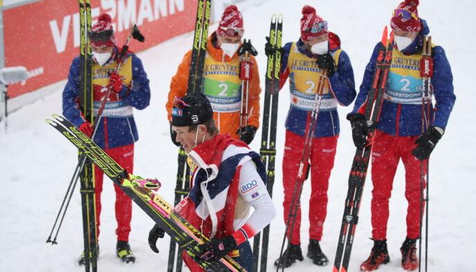 SØLV: De russiske herrene, med Maltsev i midten til høyre, skuler bort på Johannes Høsflot Klæbo som ble Bolsjunovs overmann på stafetten. Foto: Bjørn Langsem / Dagbladet