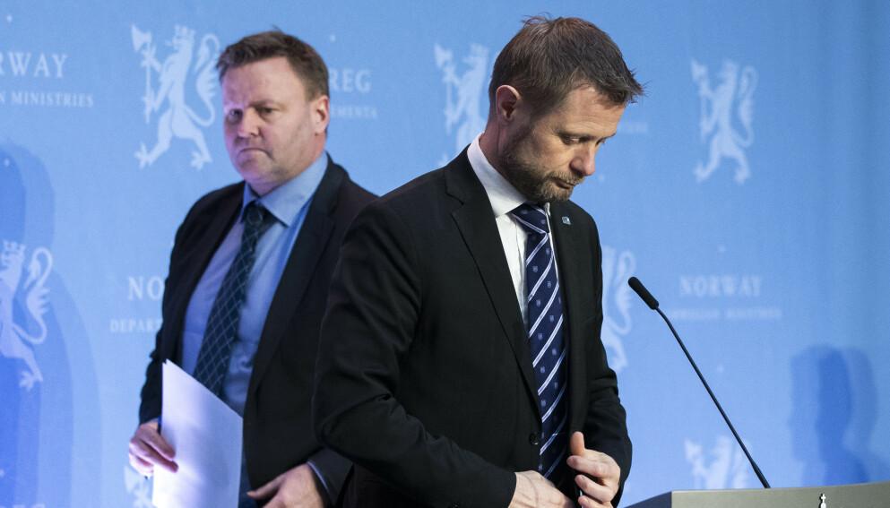 FÅR KRITIKK: Helsemyndighetene, her ved assisterende helsedirektør Espen Nakstad (t.v.) og helseminister Bent Høie, kritiseres for sin smittevernstrategi. Foto: Berit Roald / NTB