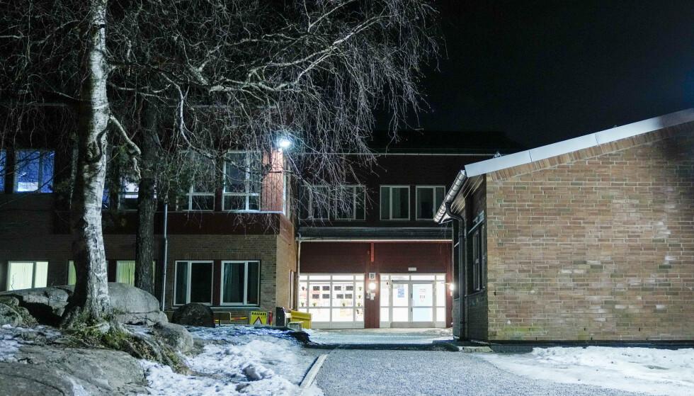 STENGT: Bjøråsen skole i Groruddalen, for 8. til 10. trinn, er stengt som følge av denne ukas nye tiltak i Oslo. Foto: Fredrik Hagen / NTB