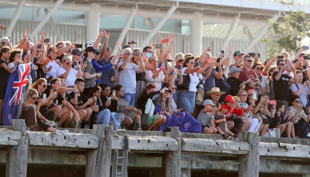 GLADE MENNESKER: Team New Zealand blir hyllet av massene etter seieren. Foto: NTB