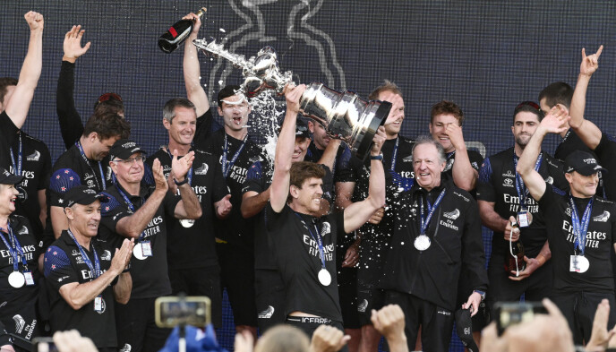 JUBEL: Team New Zealands frontskikkelse, Peter Burling, viser fram trofeet. Foto: NTB