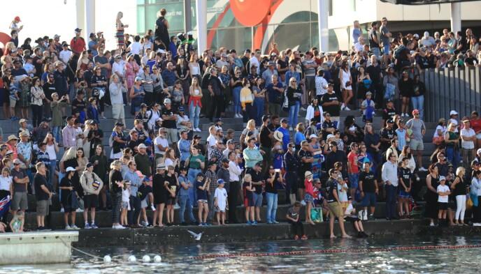 BEGEISTRING: Tilskuerne feirer seieren til Team New Zealand i Auckland. Foto: NTB