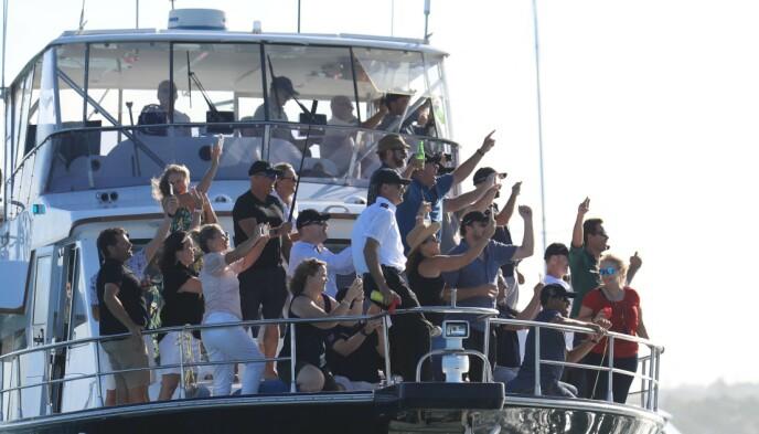 STOR INTERESSE: Også til vanns er det flust med folk som følger regattaen. Foto: NTB