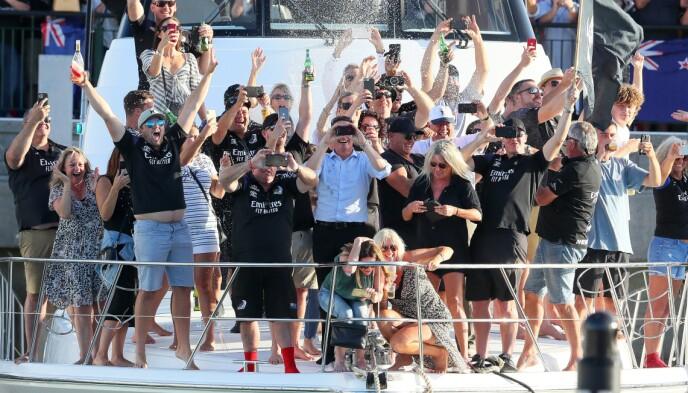 EKSTASE: Folk gir seg ende over etter triumfen. Foto: NTB