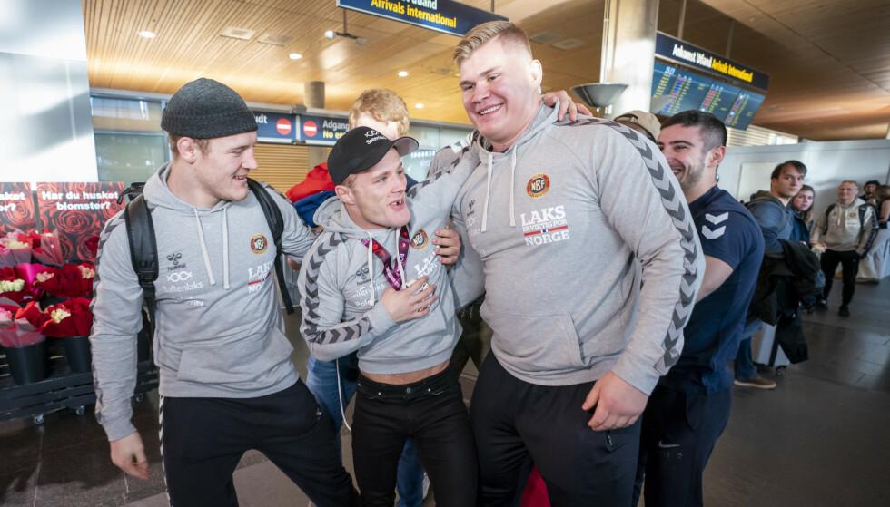 SMITTET: EM-gullvinner Morten Thoresen (ikke smittet) med Oskar Marvik (t.h.) og Felix Baldauf (t.v.), som begge er smittet. Foto: Heiko Junge / NTB