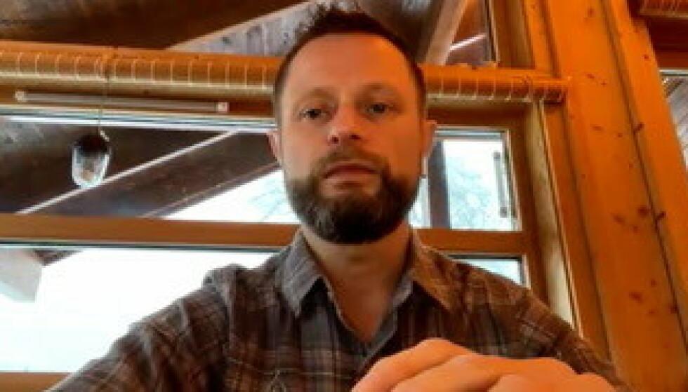 HYTTEPÅSKE: Helseministern Bent Høie skal tilbringe påska på hytta i Rogaland. Her er han avbildet på hyttekontoret i januar. Foto: Skjermdump
