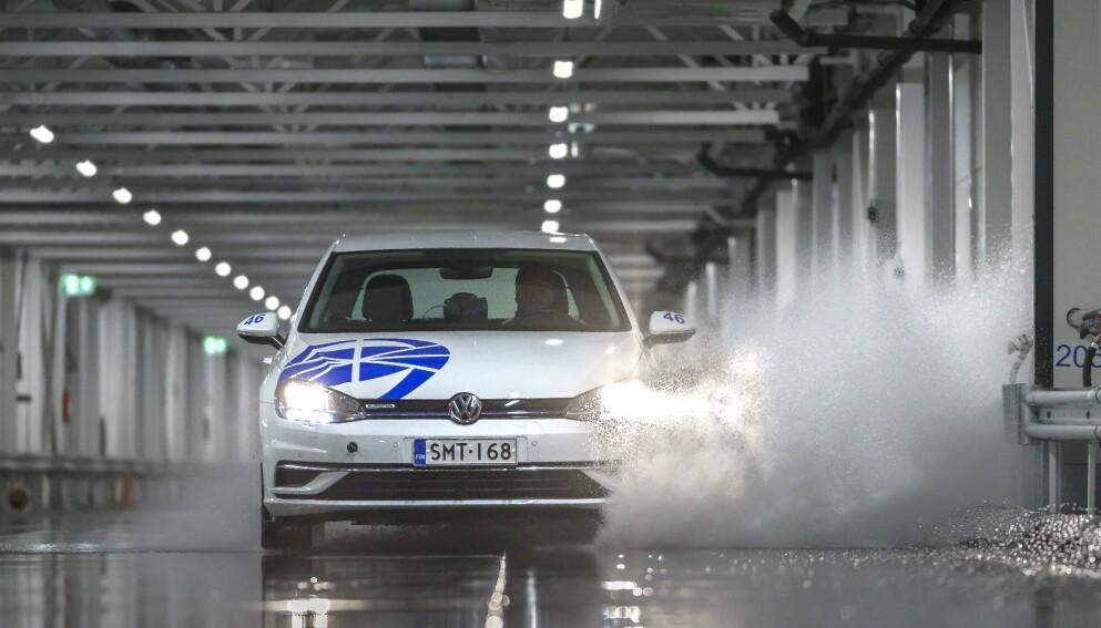 UTSATT FRIST: Dette er første del av den store sommerdekktesten, der vi ser på hvilke dekk som har de korteste bremsestrekningene og er best til å motstå vannplaning. Den komplette testen kommer i andre halvdel av april – i tide til fristen for å få piggdekkene av bilen som i år er 1. mai.