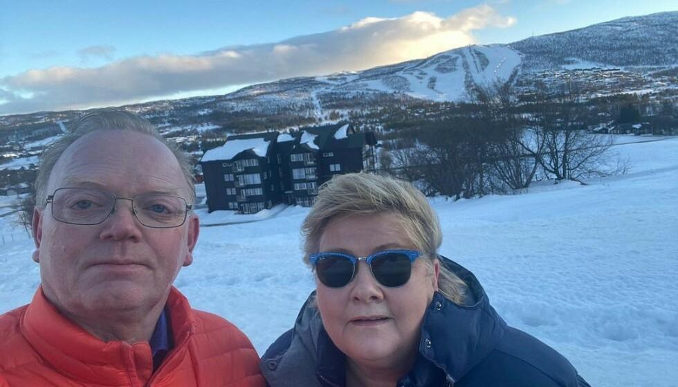 TILTAKSBLEMME: Erna Solberg, her med ektemannen Sindre, overholdt ikke reglene for antall personer samlet under vinterferien. Foto: Privat