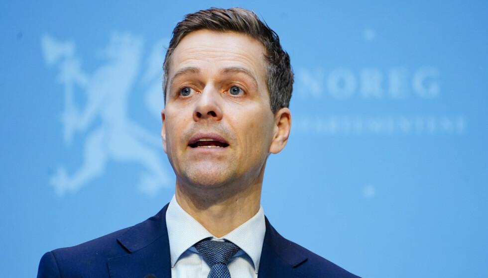 SVARER: Samferdselsminister Knut Arild Hareide forteller at samferdselsdepartementet er i en avsluttende fase for behandling av saken om elsparkesykler. Foto: Terje Pedersen / NTB